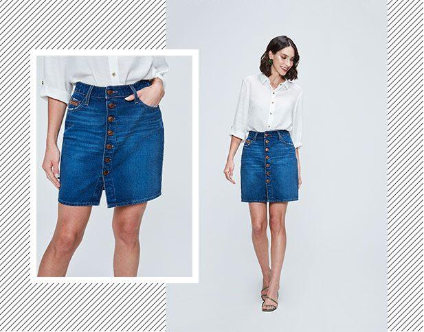 Saia jeans com lavanderia azul escuro e abotoamento frontal com camisa branca.