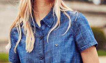 Camisa feminina jeans de manga curta com estampa xadrez.