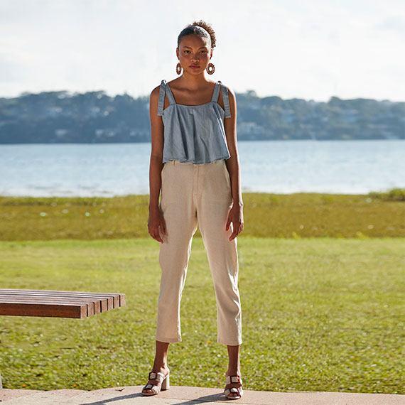Top cropped jeans e calça cropped em linho