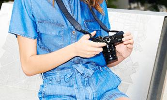 Camisa jeans de manga curta com detalhe de bolsos frontais e short jeans leve de cintura alta com cinto em amarração.