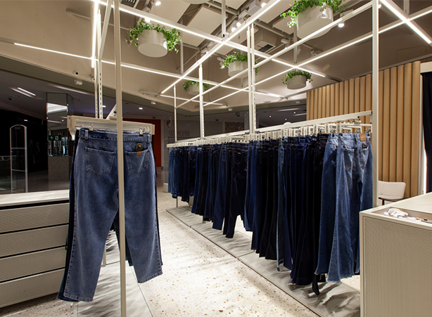 lâmpadas de LED com as calças jeans