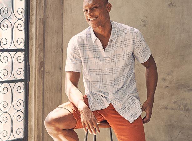 Look casual com bermuda jogger e camisa manga curta