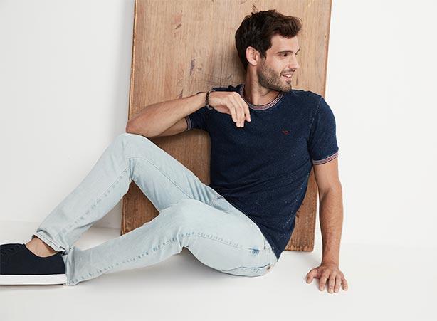 Look casual com calça jeans clara e camiseta
