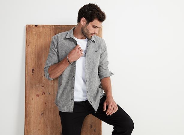 Looks casuais masculinos com camisa sobreposta com camiseta e calça preta