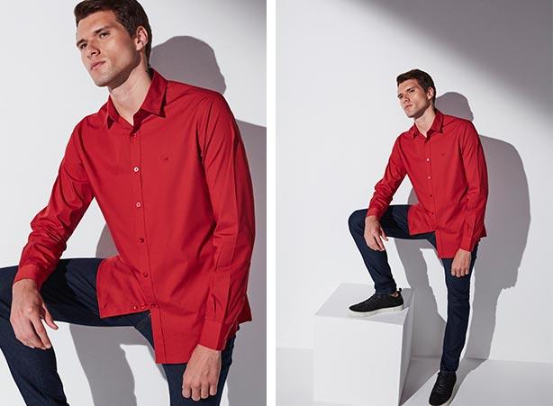 Camisa vermelha com calça jeans e tênis