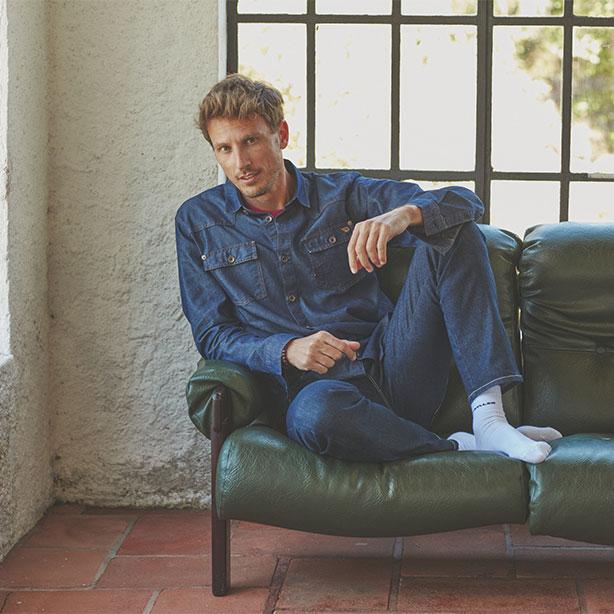 Look com calça e camisa jeans para entrevista de emprego