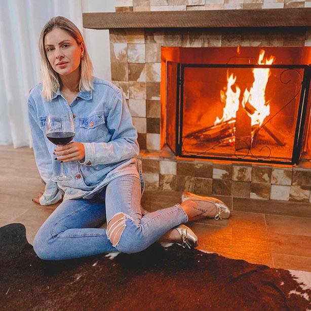 Calça jeans rasgada com jaqueta