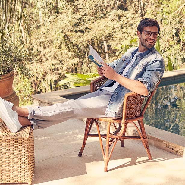 Jaqueta jeans masculina com calça bege