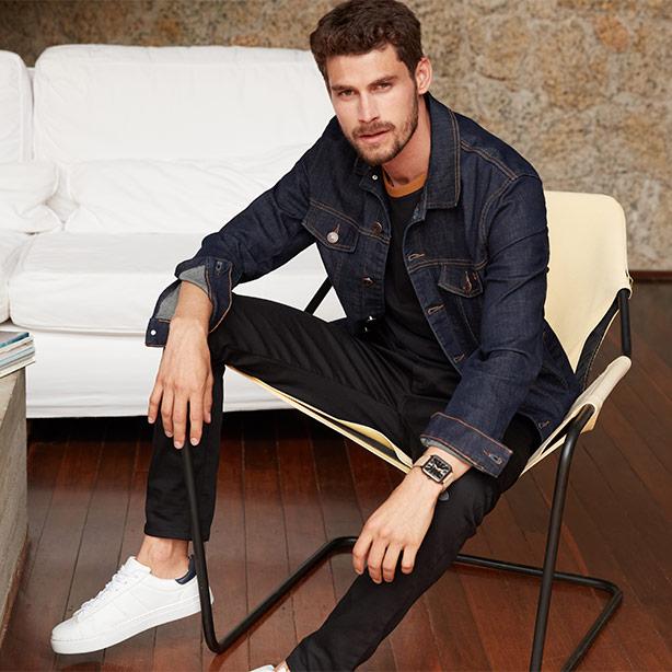 Jaqueta masculina trucker com calça jeans escura