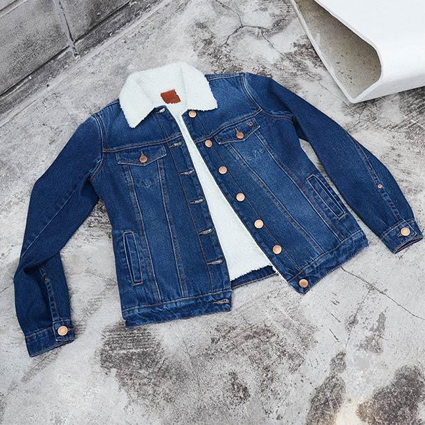 Arrumando a mala jaqueta jeans