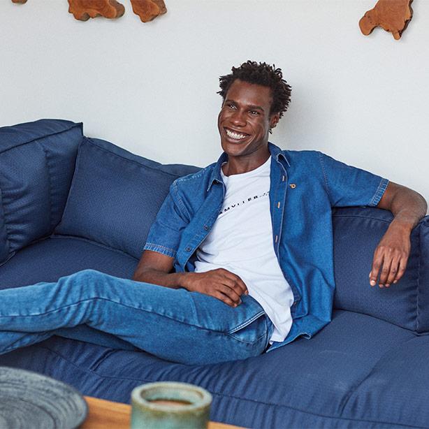 Calça jogger masculina jeans com camisa jeans e camiseta