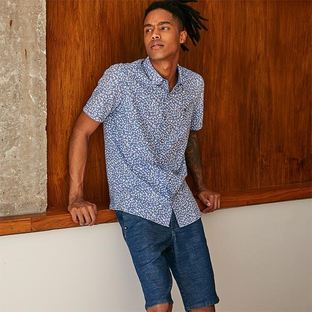 Look masculino com camisa floral