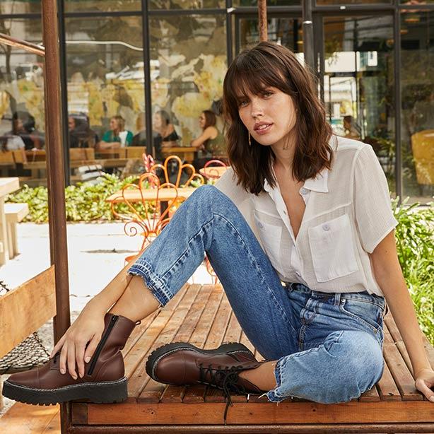 Camisa branca manga curta com jeans e botas