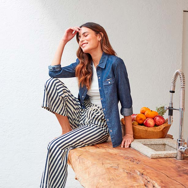 Pantalona cropped listrada com jaqueta jeans