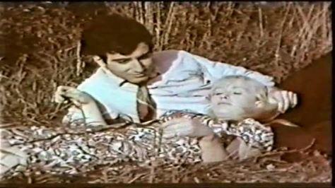 """Армянин и русская девушка лежат на траве. Кадр из кинофильма """"Невеста с севера"""", 1975 год."""