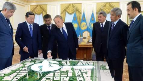 Стоят слева направо: Нурлан Каппаров, Серик Ахметов, Талгат Ермегияев, Нурсултан Назарбаев, Дархан Калетаев, Имангали Тасмагамбетов и Карим Масимов.