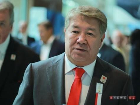 Саясаткер Ахметжан Есімов.