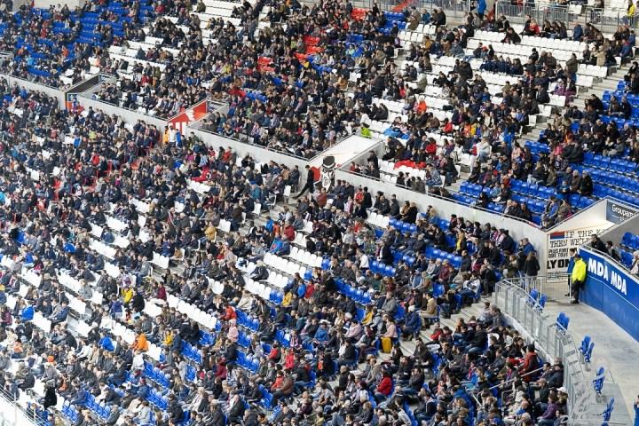 stade de foot Groupama stadium à Lyon cadrage serrer sur le public et les siège