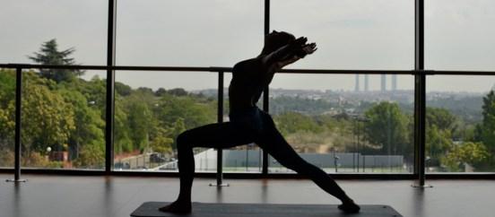Mujer en una clase de yoga