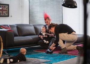 Frau mann und Kind auf Couch