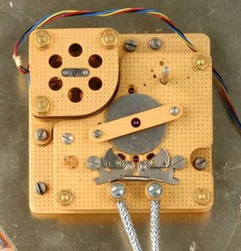 Das Zeigerwerk mit dem Synchronmotor...