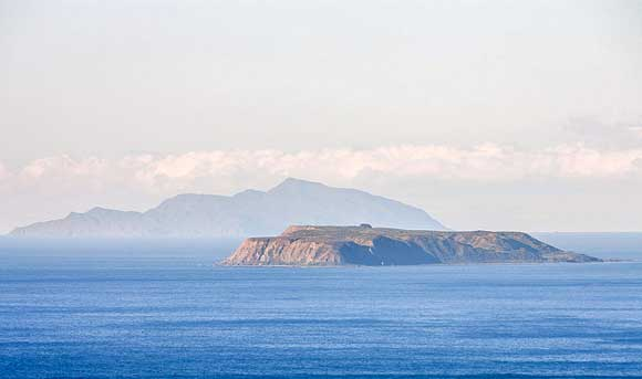 Mana Island with and Kapiti Island in the background. Photo: Masivaan | CC BY-NC-SA 2.0.