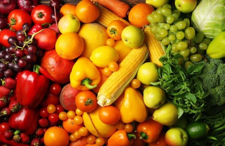 Imagem de verduras, legumes e frutas que ajudam a prevenir o câncer.