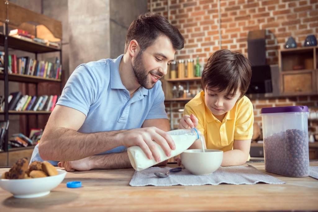 O que é a alergia ao leite e como substituir na alimentação de crianças?