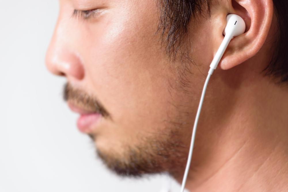 Cuidado! Compartilhar fone de ouvido pode causar infecções perigosas!