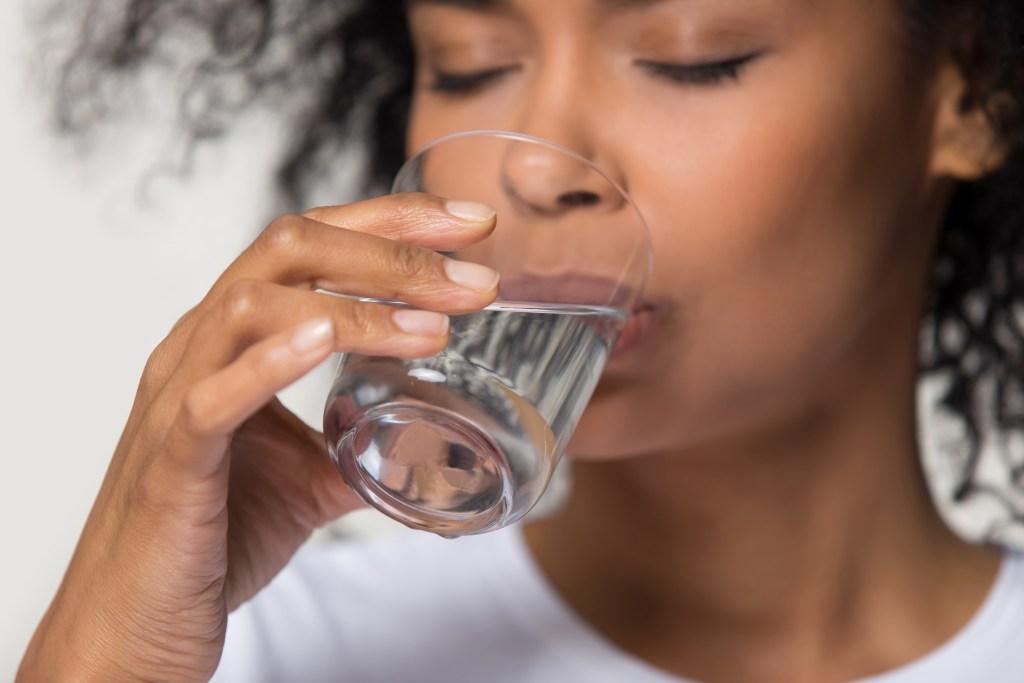 Beber água ajuda a emagrecer: entenda