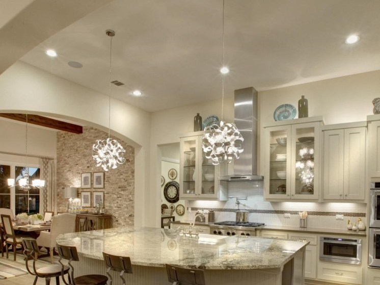Dazzling kitchen lighting with pendants and recessed fixtures