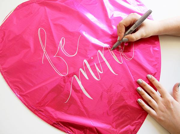 1 handlettering op valentijns balonnen