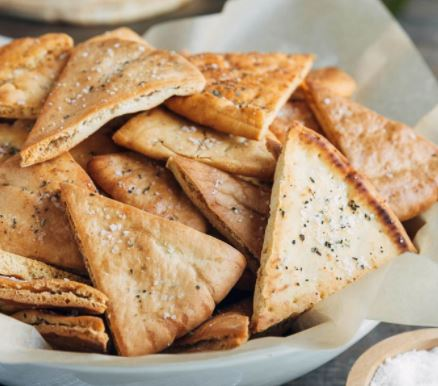 Roti Pita crisps via stripedspatula.com ala tim duniamasak.com
