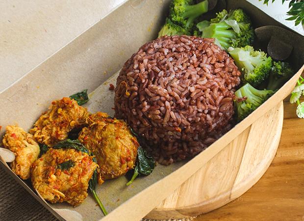 TIASA Plant Based  Nasi Merah + 'Ayam' Woku + Brokoli dok. duniamasak