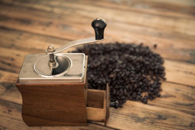 Alat penyeduh kopi Grinder via freepik ala duniamasak
