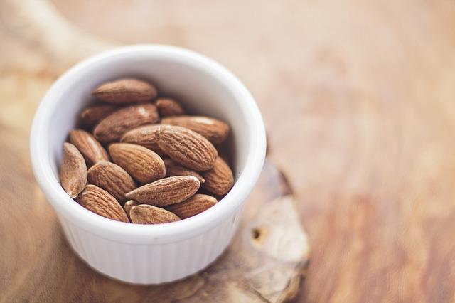 kacang almond kulit putih bersinar via pixabay.com