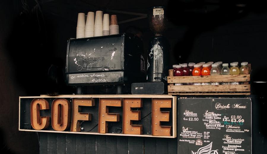 Rekomendasi coffee shop kedai kopi dengan barista difabel disabilitas via unsplash ala duniamasak