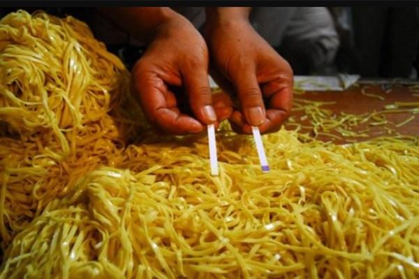 Ciri-ciri mie yang berbahaya ala duniamasak via pekanbaru.tribunnews.com