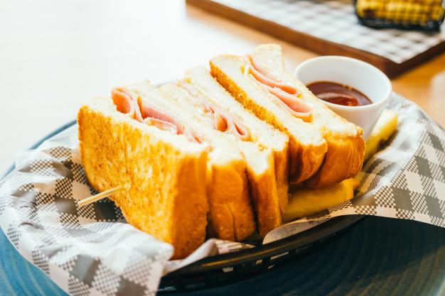 Makanan ringan pendamping kopi berupa roti bakar via freepik ala duniamasak
