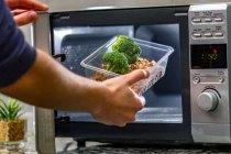 Makanan yang Dihindari Masuk Microwave via freepik ala tim duniamasak.com