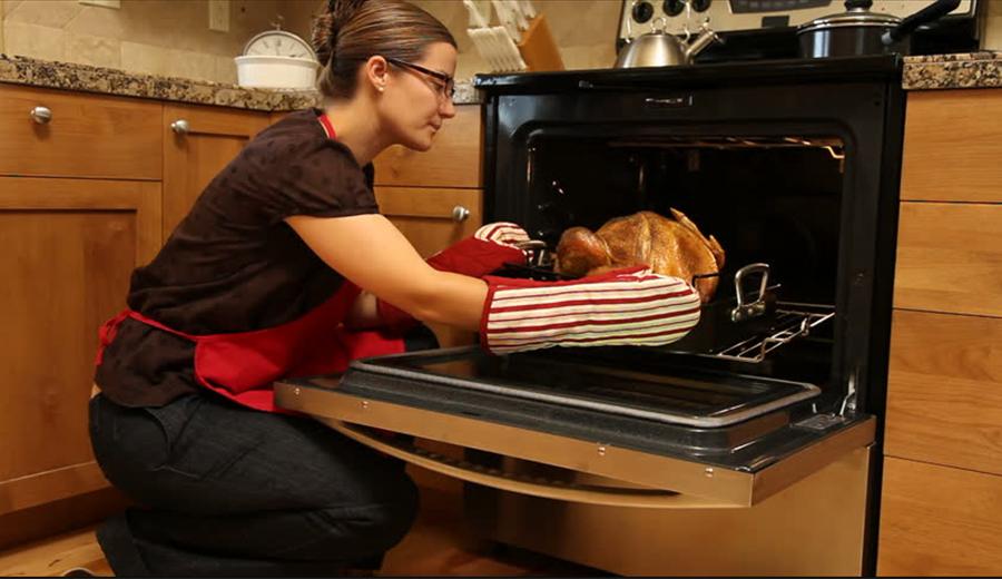perbedaan oven dan microwave via shutterstock