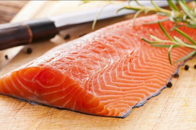 Salmon untuk kesehatan kulit via lemarcheauxpoissons.fr
