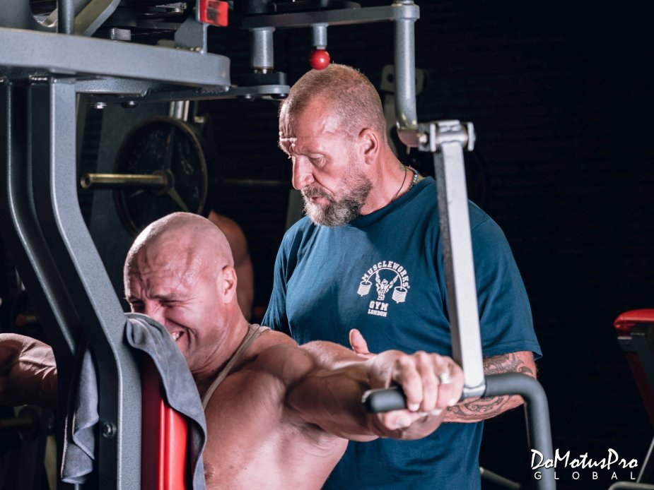 Dorian Yates is always pushing his trainee to the point of muscle fatigue.