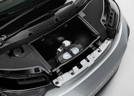 """Das Ladekabel wird unter der kleinen """"Motorhaube"""" verstaut - Quelle: BMW Group"""