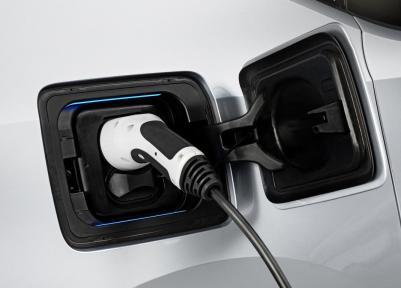 Der BMW i3 unterstützt den Typ2 Stecker, sowie das Combined Charging System zur Schnellladung. Quelle: BMW Group