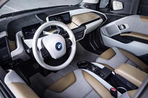 Interieur mit Lenkrad - Quelle: BMW Group