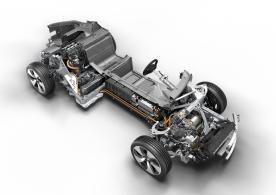 Der Dreizylinder Motor ist im Heck, der Elektromotor im in der Front angeordnet.