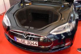 Der zweite große Stauraum des Tesla Model S. Äußerst viel Platz zum shoppen, auch wenn sieben Personen im Fahrzeug sitzen.