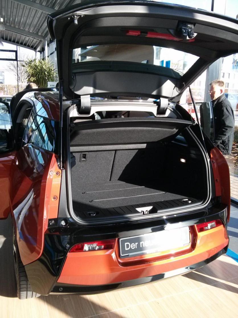 Unter dem Kofferraum findet der Elektromotor, sodass relativ wenig Platz für Großeinkäufe bleibt.