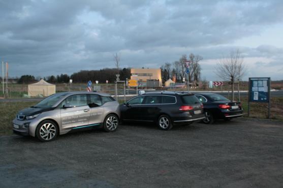 Der gesamte Parkplatz war leer, aber 2 von 4 Verbrennern parken direkt die einzige Ladestation zu,